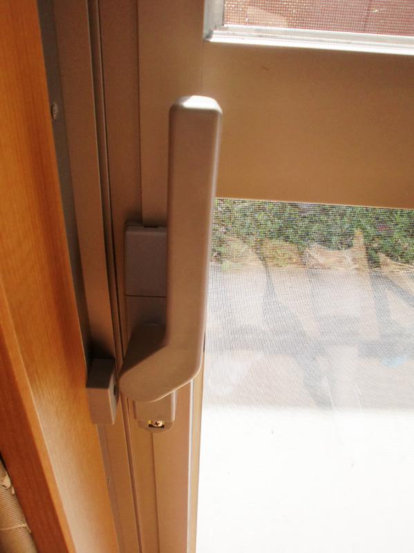 サポートハンドル付き窓