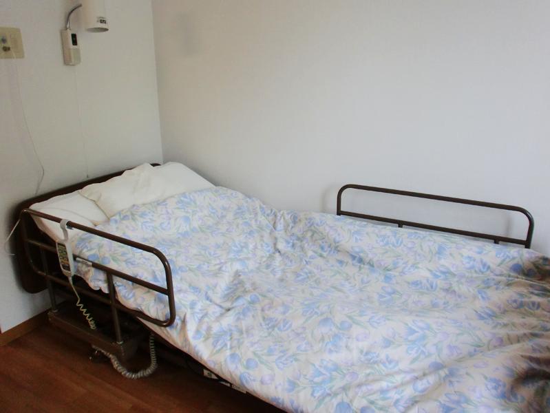モーター式介護ベッド1